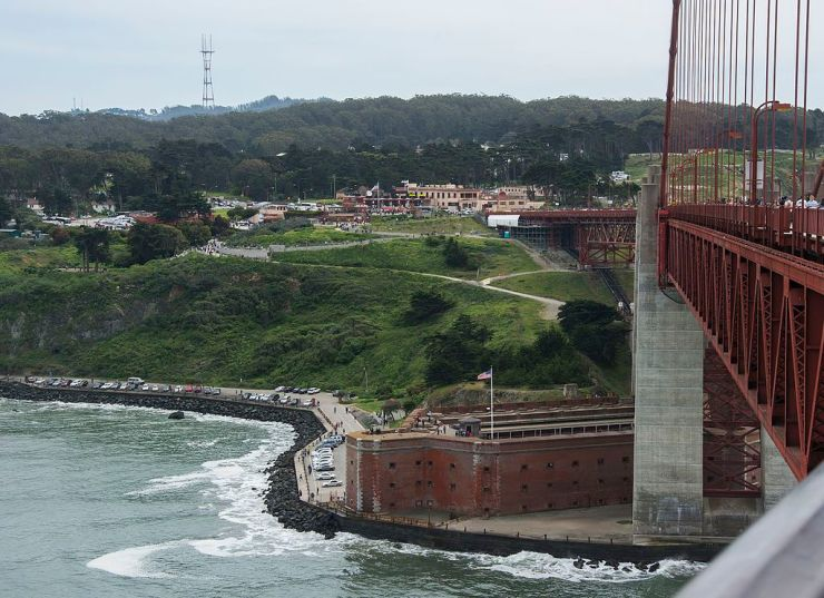 Golden_Gate_Bridge_deck_-_Fort_Point_01.jpg